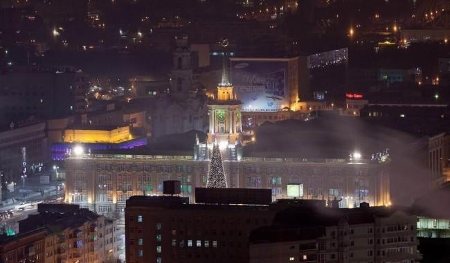 Центральная площадь Екатеринбурга, здание администрации, новогодняя ёлка.